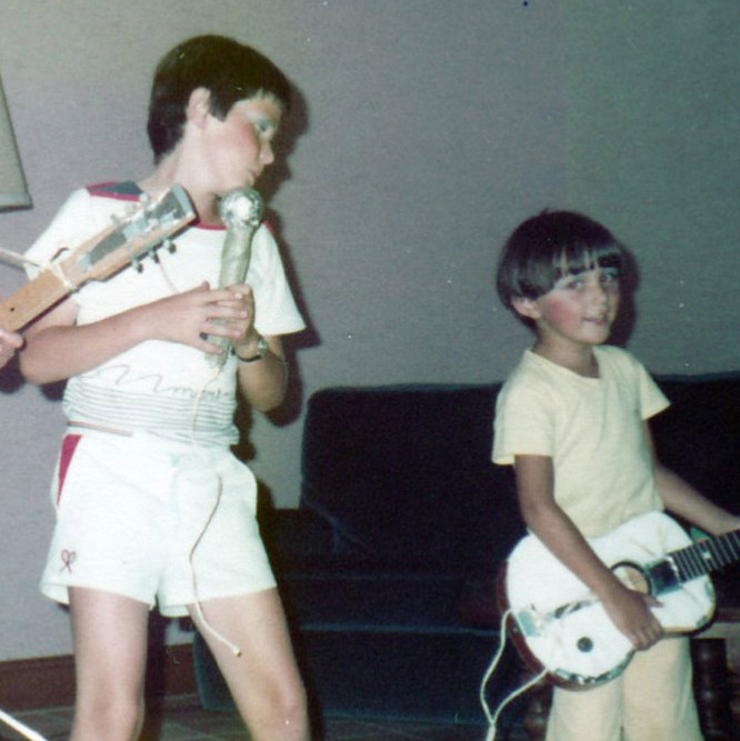 Son premier groupe de rock avec ses cousins.